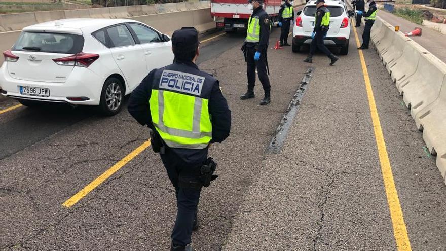 Control de la policía nacional este viernes por la tarde en València para garantizar el estado de alarma.