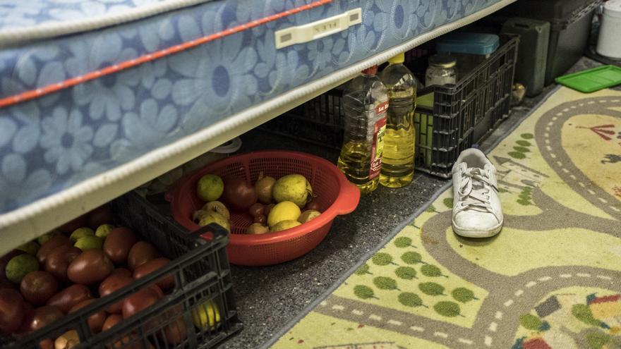 Debajo de las camas algunas familias guardan la comida ante la falta de neveras.