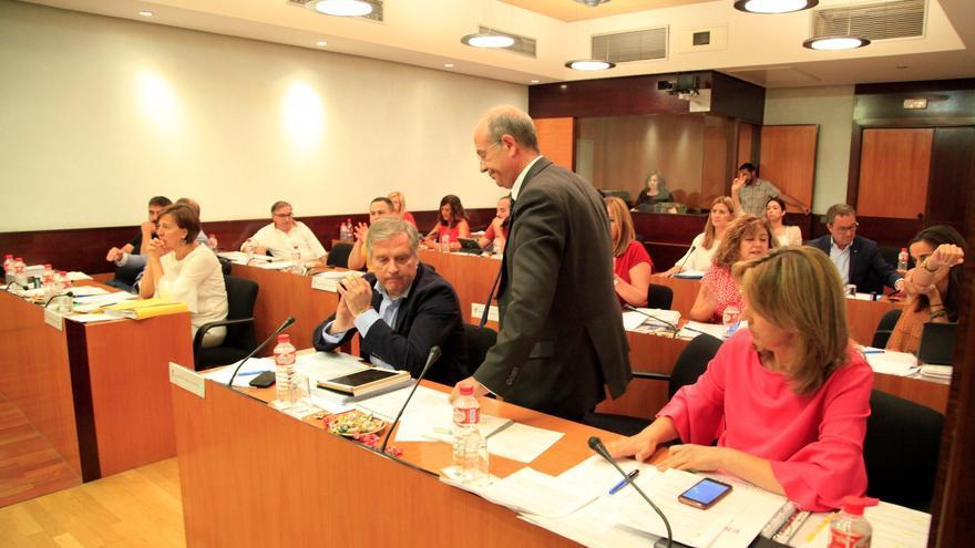 El diputado del PP José Manuel Tortosa abandona la sala de comisiones