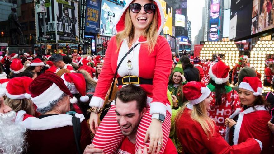 Centenares de Papá Noel y otros personajes navideños en Santacon de Nueva York