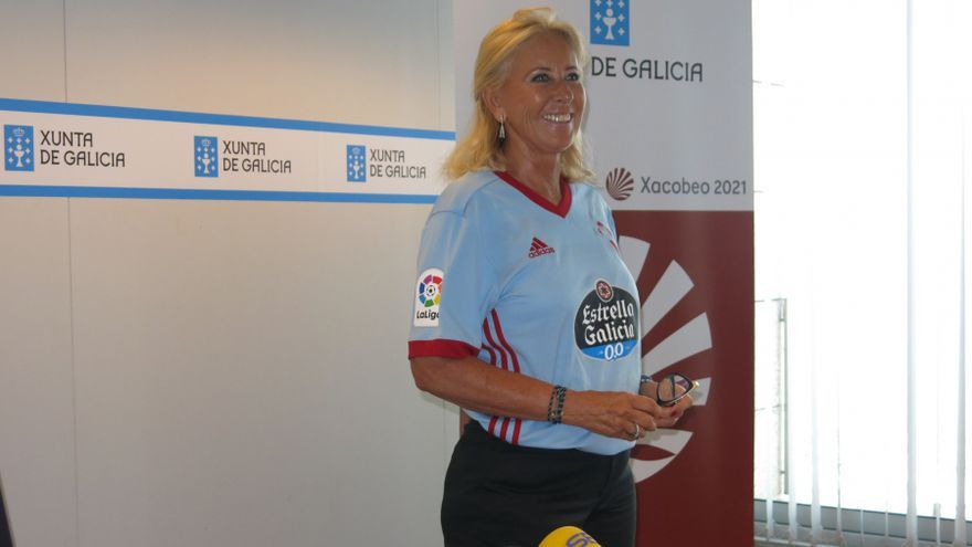 Corina Porro, delegada de la Xunta en Vigo, con la camiseta del Celta durante su rueda de prensa para criticar al Ayuntamiento