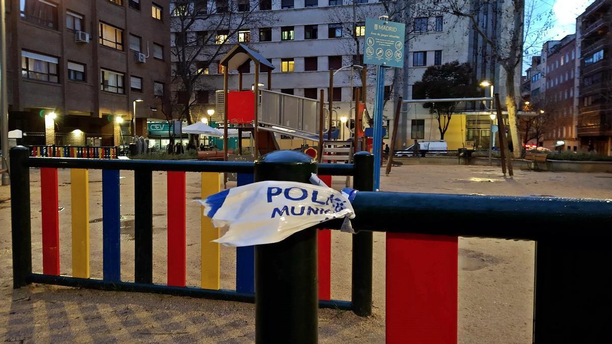 Precinto policial retirado en el parque infantil en Andrés Mellado