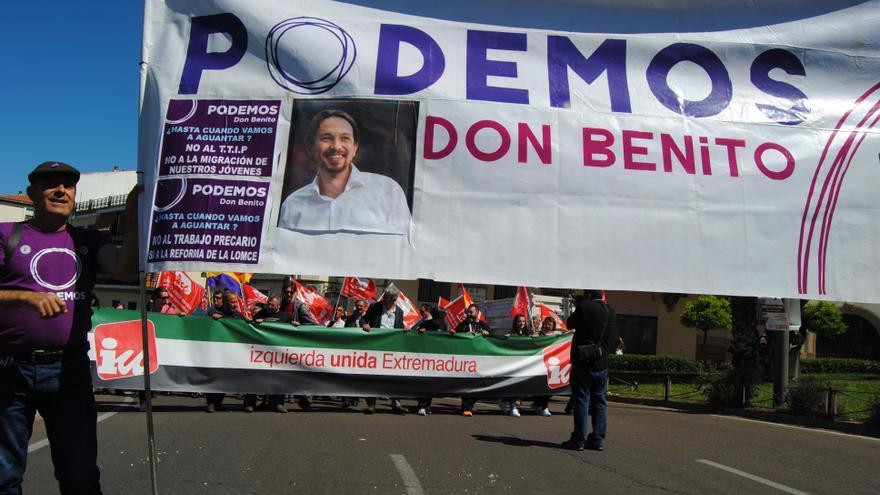 Manifestación del 1º de Mayo en Mérida, pancartas de Podemos e Izquierda Unida caminan cercanas / Foto: Jesús Conde