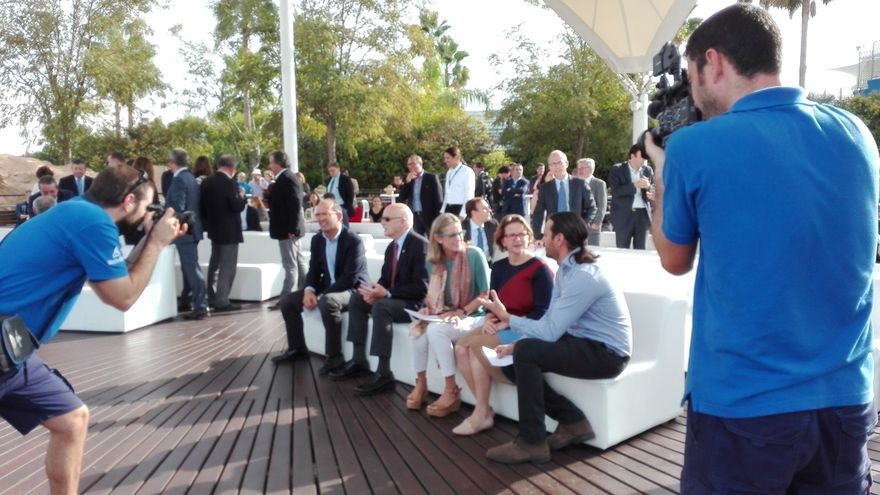 Celia Calabuig, Elena Cebrián y Daniel García conversan minutos antes de la presentación de la Fundación Oceanogràfic