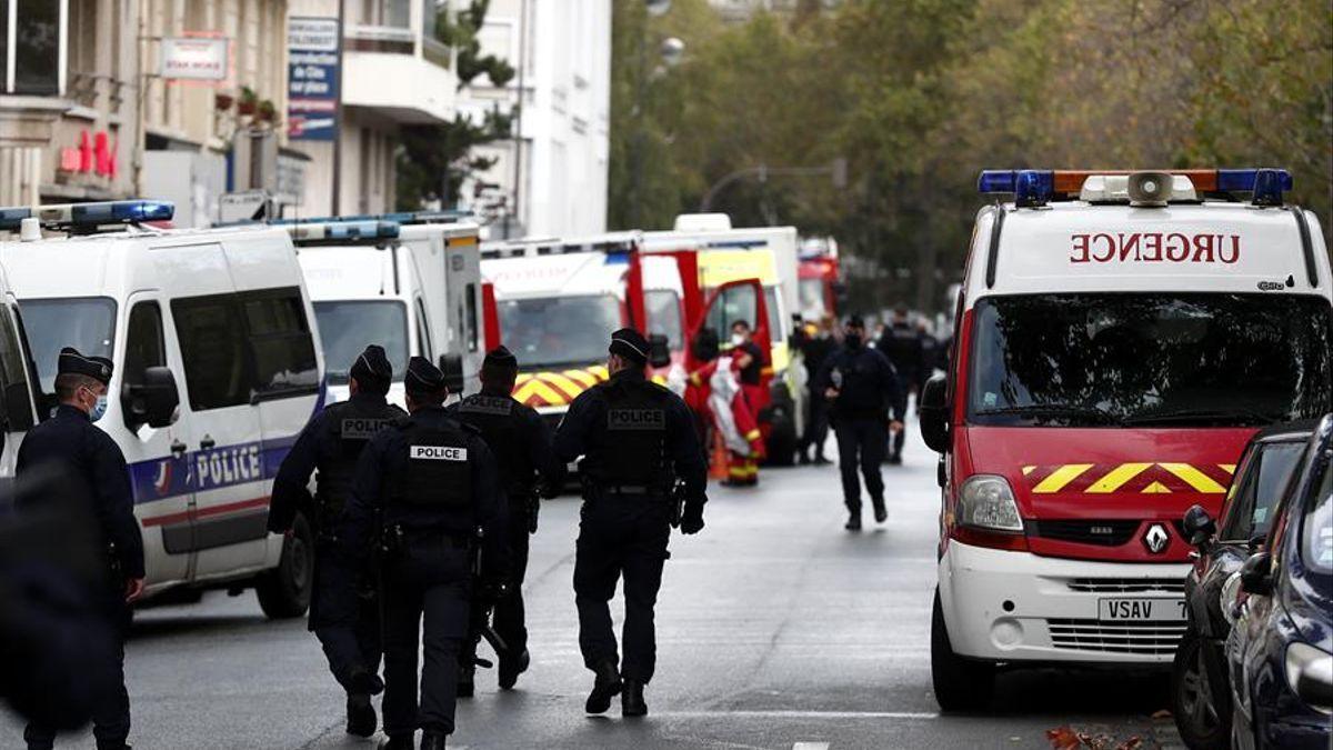 La policía se despliega cerca de la zona donde el pasado 29 de septiembre un terrorista atacó a dos personas.