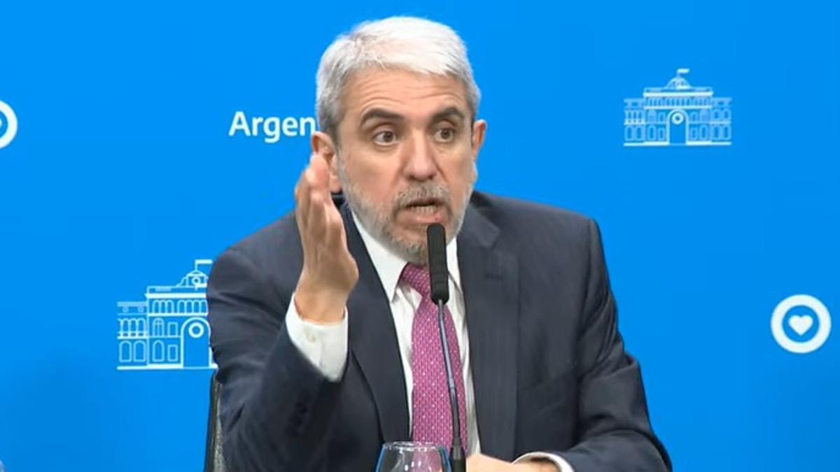 En conferencia de prensa, Aníbal Fernández anunció el refuerzo de efectivos federales para Santa Fe, acompañado de Wado de Pedro, Juan Manzur y el gobernador Omar Perotti.