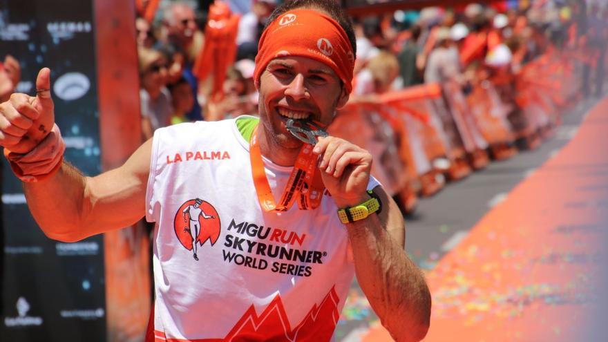 Pere Aurell muerde la medalla tras llegar a la meta.