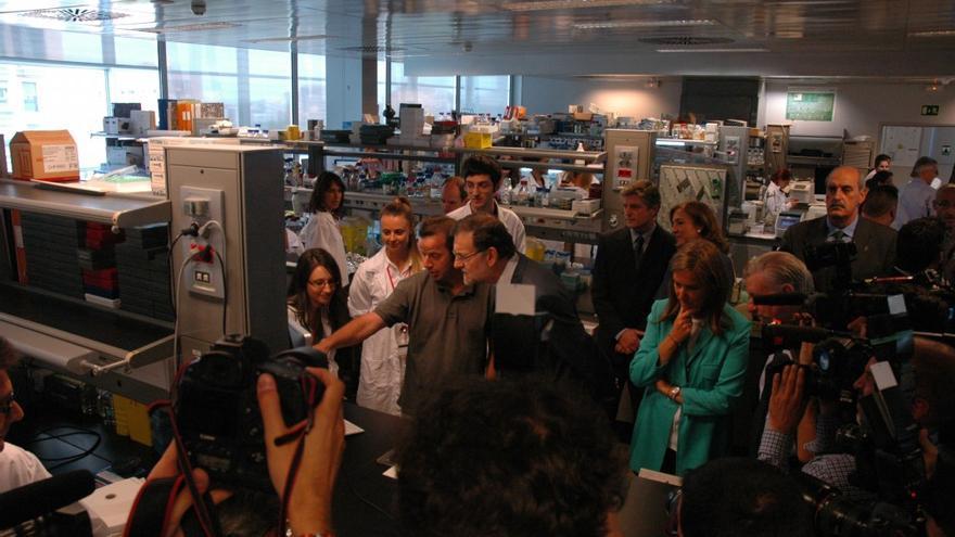 El presidente del Gobierno charla antes los fotógrafos con el investigador Ignacio Flores / M. A.