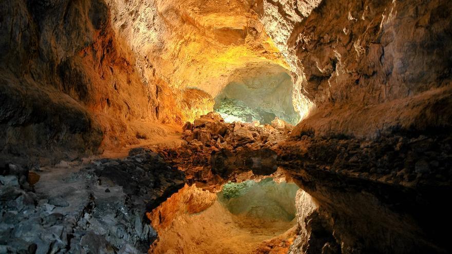 Galería iluminada de La Cueva de los Verdes, en Lanzarote. VIAJAR AHORA