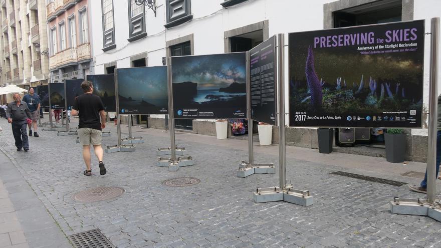 La exposición 'X Aniversario de la Declaración Starlight de La Palma está instalada, en plena Calle Real, en la zona aledaña a la Casa Principal de Salazar.