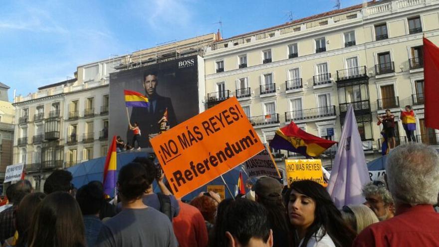Manifestación en la Puerta del Sol tras el anuncio de la abdicación de Juan Carlos I. \ L.O