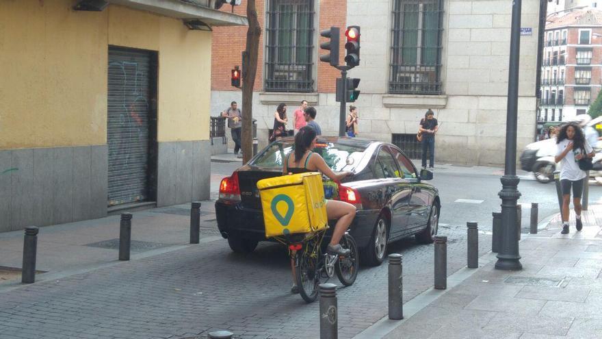 Una repartidora de Glovo en una calle de Madrid.