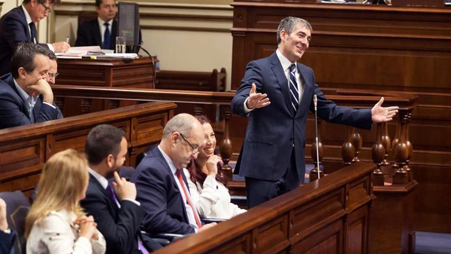 El presidente del Gobierno de Canarias, Fernando Clavijo, interviene en el Pleno del Parlamento de Canarias celebrado hoy en Santa Cruz de Tenerife. EFE/Ramón de la Rocha