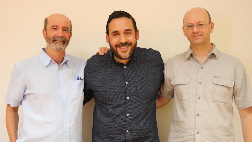 Los concejales de Unid@s Se Puede y Por Tenerife-Nueva Canarias (XTF-NC) en la  Comisión de Investigación del Caso Grúas, Rubens Ascanio y Juan Luis Herrera, junto al  portavoz de este último Grupo, Santiago Pérez.