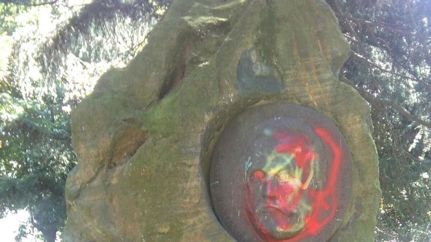 Aparece con pintadas con los colores de la bandera de España el monumento al socialista Pablo Iglesias en Ferrol
