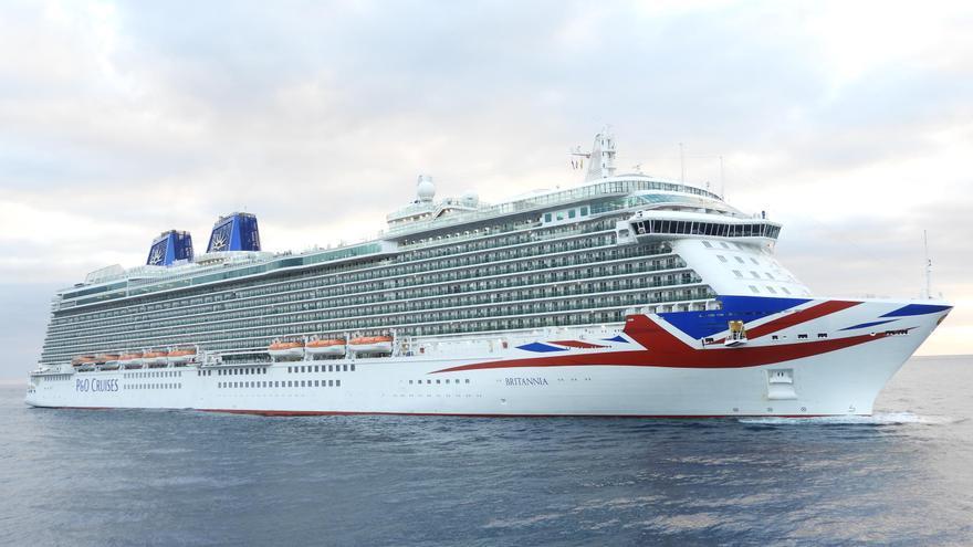 El buque Britannia llegando el viernes 7 de abril de 2017 al Puerto de Santa Cruz de La Palma. Foto: LA PALMA AHORA.