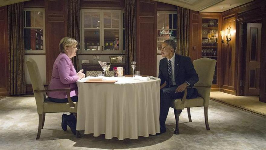 Codillo, salchichas y cerveza en la cena de Merkel a Obama