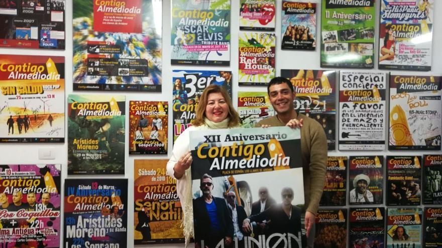 La concejal de Cultura de Los Llanos de Aridane, Charo González, junto al productor del concierto de La Unión en la ciudad aridanense.