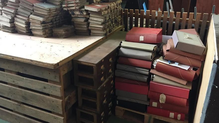 Legajos del Archivo Municipal de Santander almacenados en una nave.