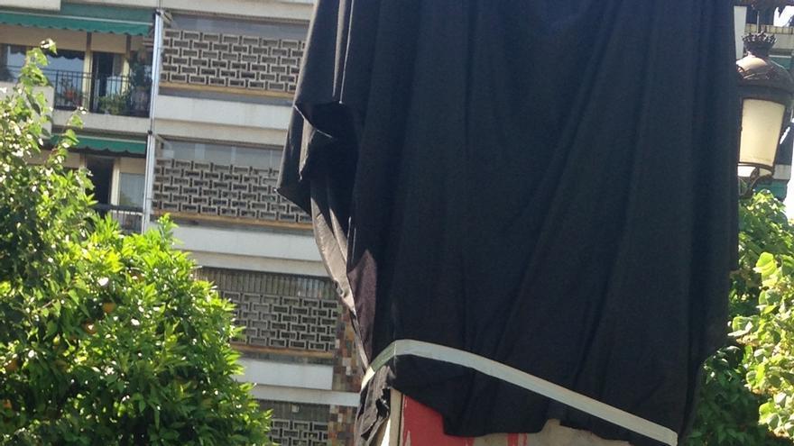 El PSOE cubre con una tela negra el monolito a Primo de Rivera y reclama su retirada