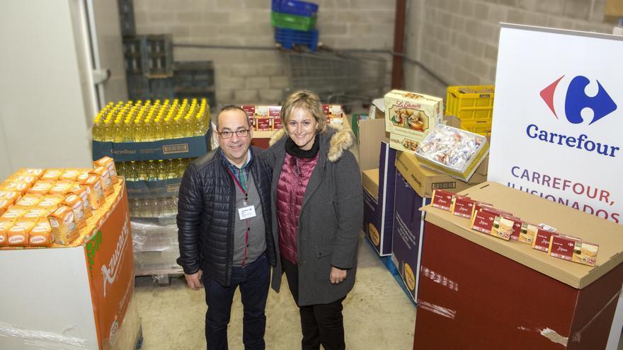 La alcaldesa, acompañada por el responsable de Carrefour Valle Real, Benito Sanz, ha asistido a la recepción de los lotes. | ALBERTO G. IBÁÑEZ