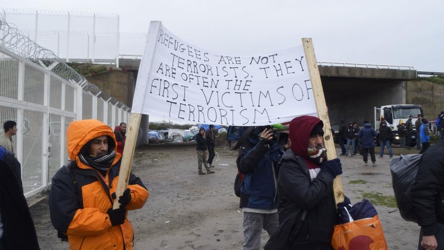 """Los refugiados no son terroristas, son a menudo víctimas del terrorismo"", reza esta pancarta en Calais / Eduardo Granados"