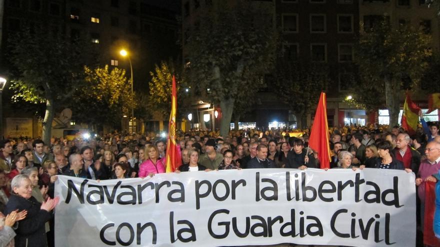 Cientos de personas se concentran en Pamplona en apoyo a los dos guardias civiles agredidos en Alsasua