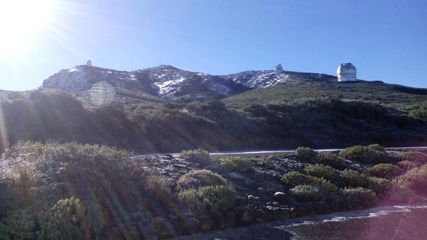 El entorno del Roque de Los Muchachos en la mañana de sábado, 24 de febrero, con un sol radiante, muestra un paisaje invernal en todo su esplendor.