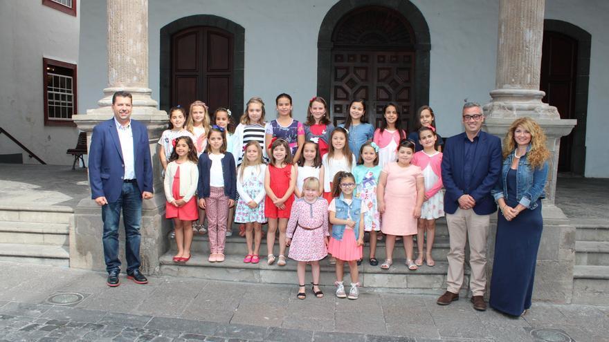 En la imagen, las candidatas infantiles junto a las autoridades.