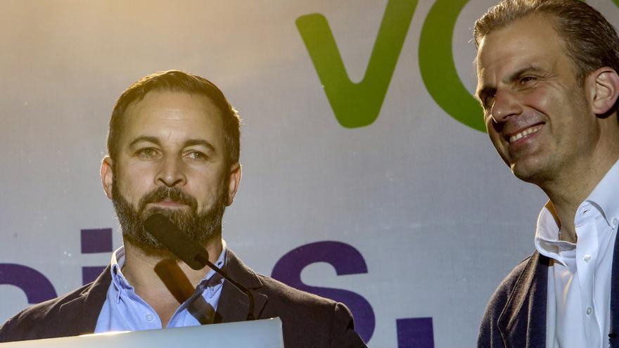 Ampañado del secretario general de Vox, Javier Ortega Smith (d), el líder de VOX, Santiago Abascal (i), ofrece declaraciones en la Plaza Margaret Thatcher de Madrid, donde el partido está celebrando sus resultados electorales.