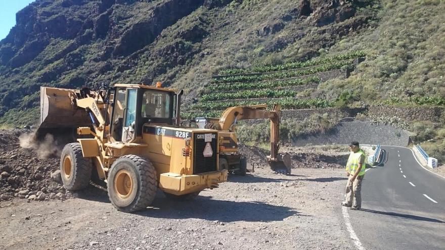 Durante las próximas semanas se completará el acondicionamiento de las cunetas y el repavimentado de la carretera LP-1, que quedará más ancha, más segura y con mejor visibilidad en el tramo de  Argual y Amagar.