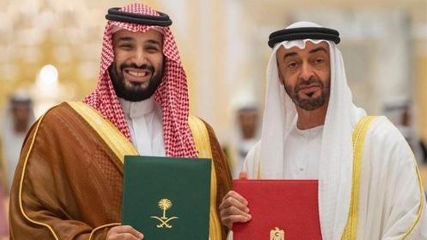 Mohamed Bin Salmán (MBS) –izquierda– y Mohamed bin Zayed (MBZ) –derecha– posan en 2019 tras firmar un acuerdo.