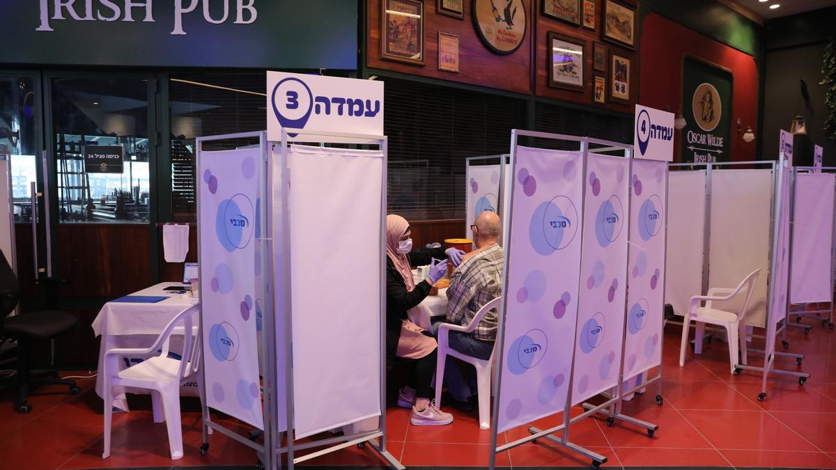 Centro de vacunación anti covid en Netanya, cerca de Tel Aviv, Israel.