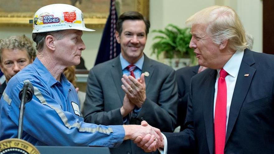 El presidente de EEUU, Donald Trump, con un minero del carbón.