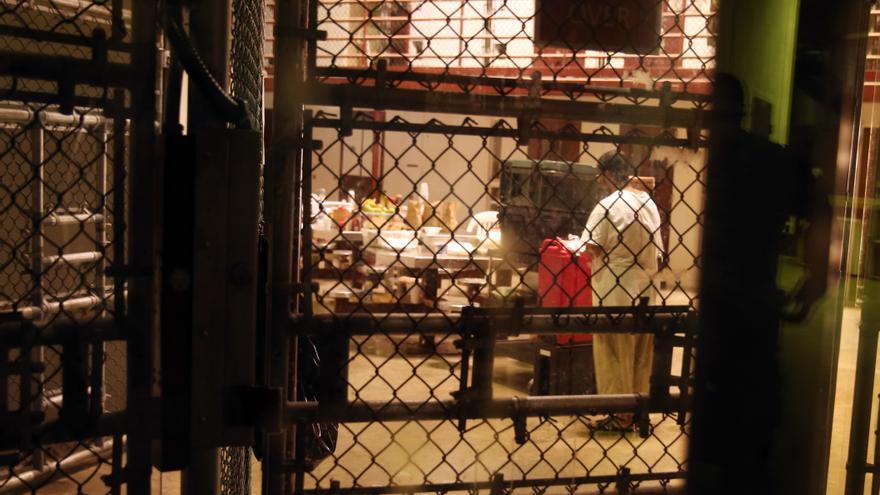 Uno de los detenidos en la cárcel de Guantánamo durante la visita de la prensa.
