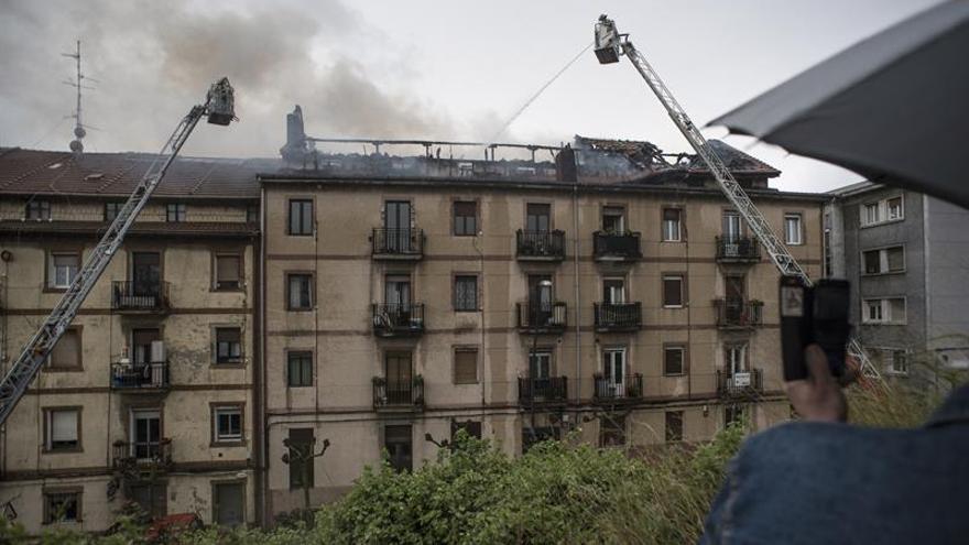 Un incendio en una casa obliga a desalojar a 60 vecinos de Sestao