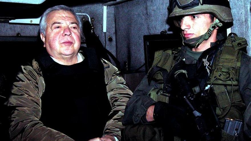 Fotografía tomada en diciembre de 2004 en la que se registró al confeso nacotraficante colombiano Gilberto Rodriguez Orejuela (i), capo del Cartel de Cali, al ser extraditado a Estados Unidos.