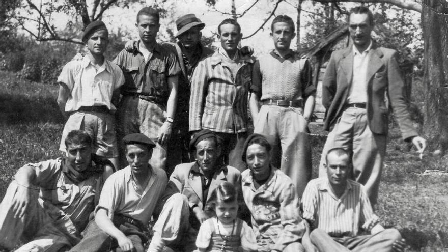 Tras la liberación, César Orquín (de pie, el 1º por la izquierda) se fotografió junto a varios deportados españoles que trabajaban en su comando
