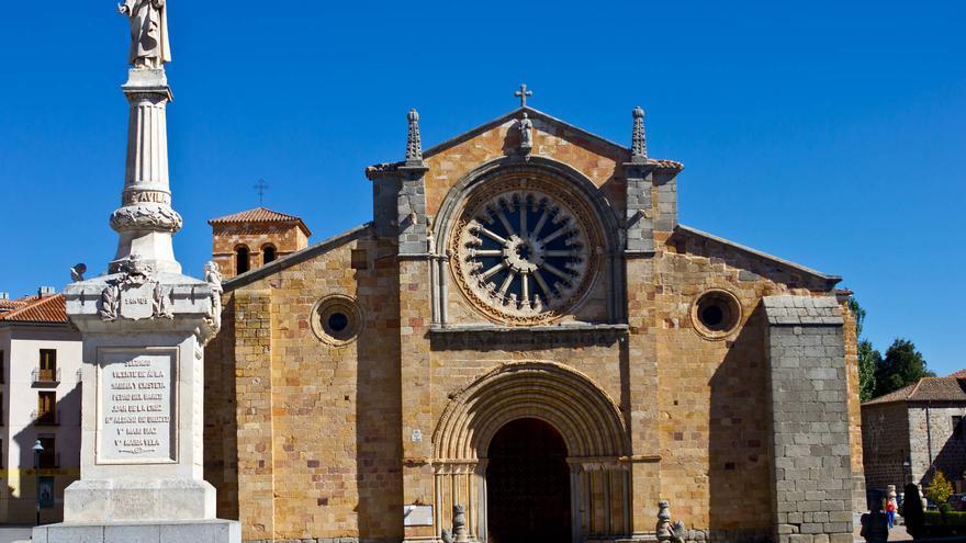 Fachada principal de San Pedro, en el Extramuros abulense.
