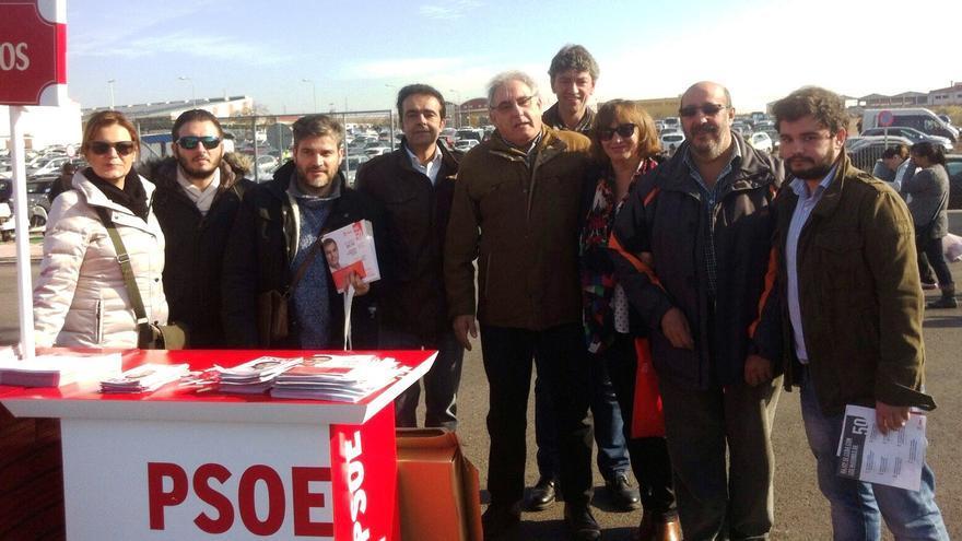 Candidatos y militantes del PSOE, repartiendo información