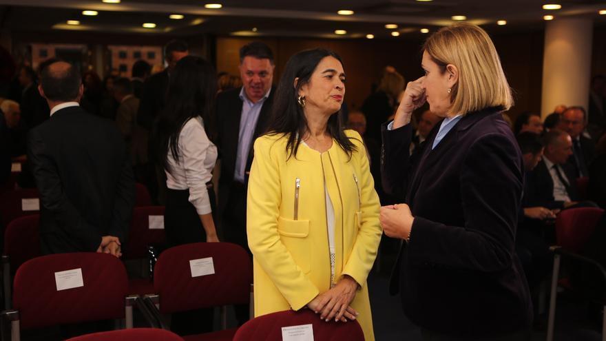 María del Carmen Hernández Bento y Mercedes Roldós en la toma de posesión de los consejeros del Gobierno