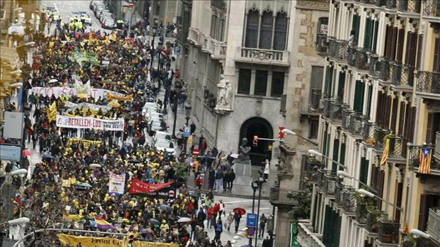 Miles de catalanes protestan contra los recortes y las políticas de austeridad