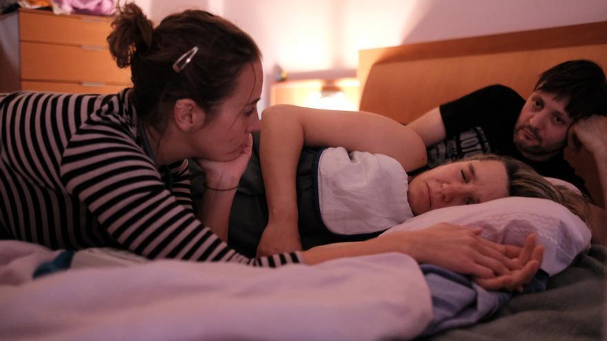 Laura Sola, con una de sus pacientes, en los momentos previos al parto