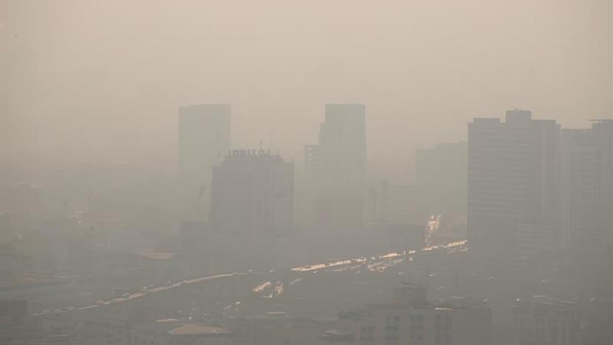 Una densa capa de niebla contaminante cubre la ciudad de Bangkok (Tailandia).
