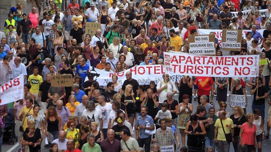 Un millar de personas protesta en Barcelona contra los apartamentos turísticos