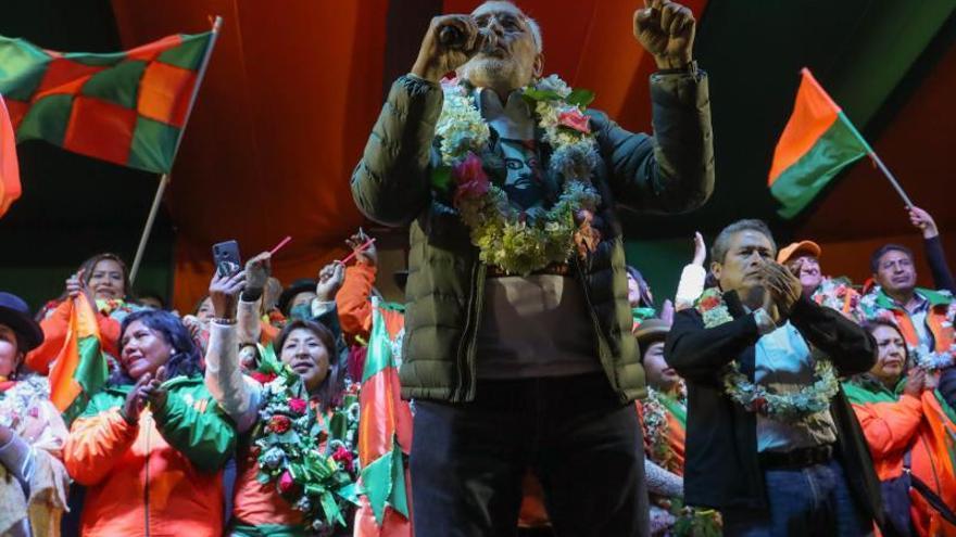 Carlos Mesa llama al voto útil para cerrar la era de Evo Morales en Bolivia