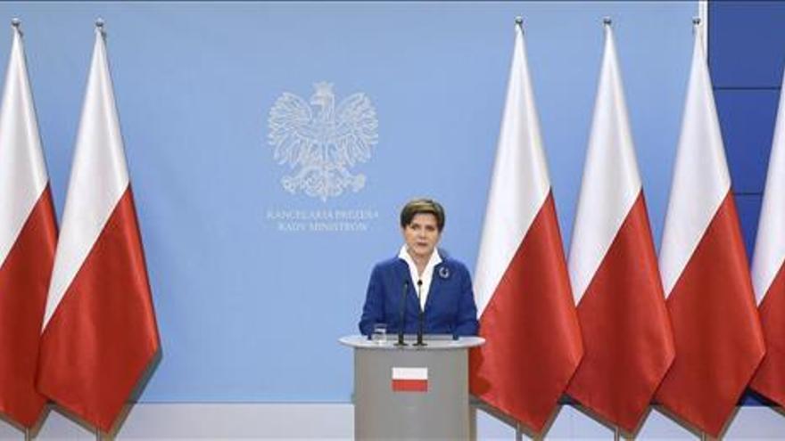 El nuevo Gobierno polaco retira la bandera europea de sus conferencias de prensa
