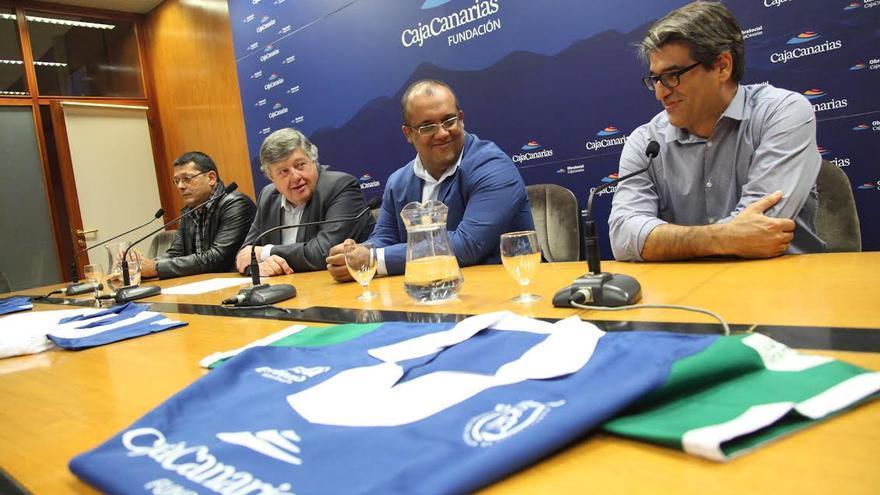 El presidente de la Fundación CajaCanarias, Alberto Delgado (segundo por la izquierda), con los presidentes los presidentes de las federaciones de El Hierro, Tenerife y La Palma, Juan Ramón Marcelino, Pedro González y Jorge Pulido, respectivamente.