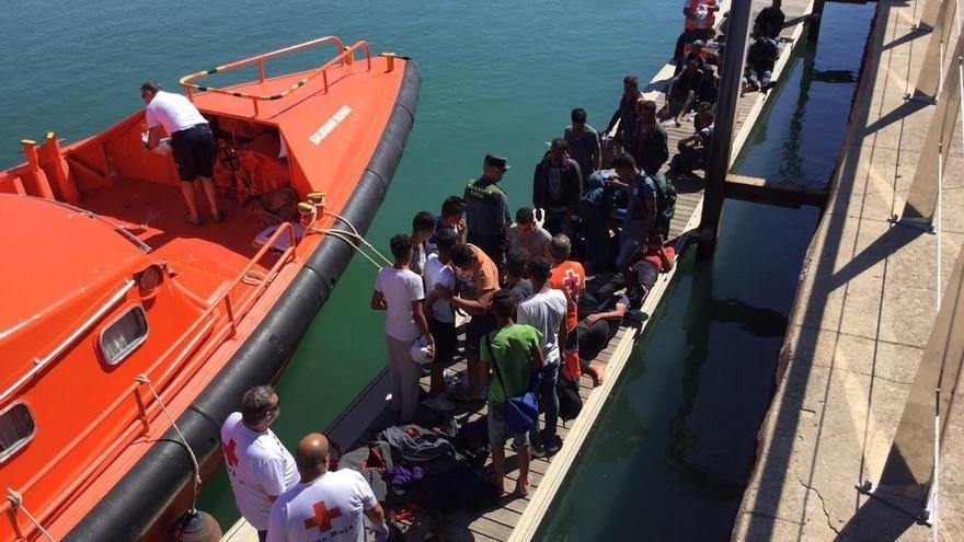 Interceptada y trasladada al puerto de Motril una patera con 19 inmigrantes magrebíes a bordo