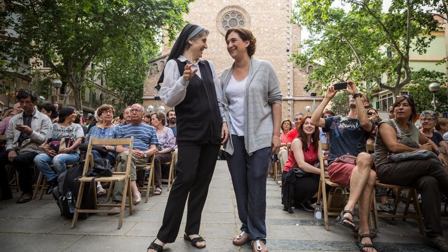 Teresa Forcades i Ada Colau moments abans de fer el míting a la Plaça de la Virreina a Gracia / ENRIC CATALÀ
